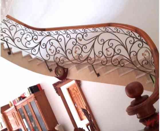 Mẫu lan can cầu thang sắt tay vịn gỗ đẹp đơn giản