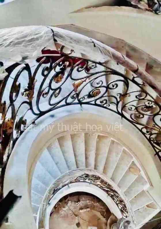 Mẫu cầu thang sắt nghệ thuật dành cho nhà phố biệt thự