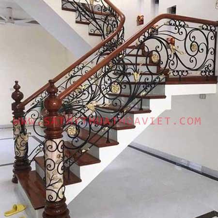 Khung cầu thang sắt nghệ thuật kết hợp tay vịn gỗ