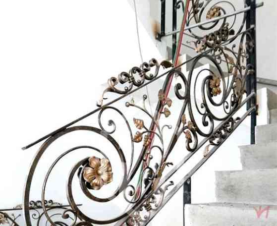 Mẫu cầu thang nghệ thuật bằng sắt họa tiết độc đáo