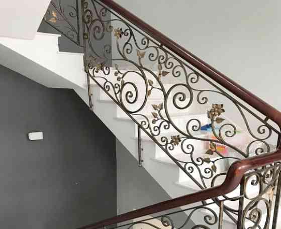 mẫu lan can cầu thang nghệ thuật bằng sắt họa tiết đẹp