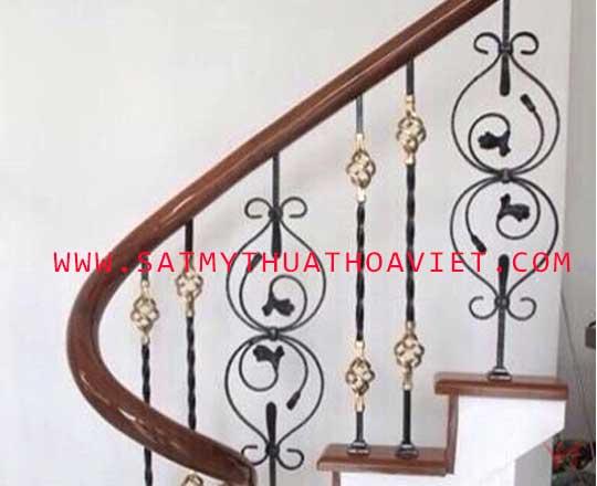 mẫu lan can cầu thang sắt nghệ thuật tay vịn gỗ