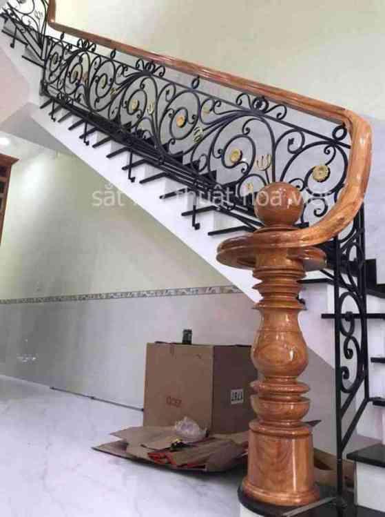 Mẫu cầu thang sắt nghệ thuật họa tiết đơn giản mà đẹp