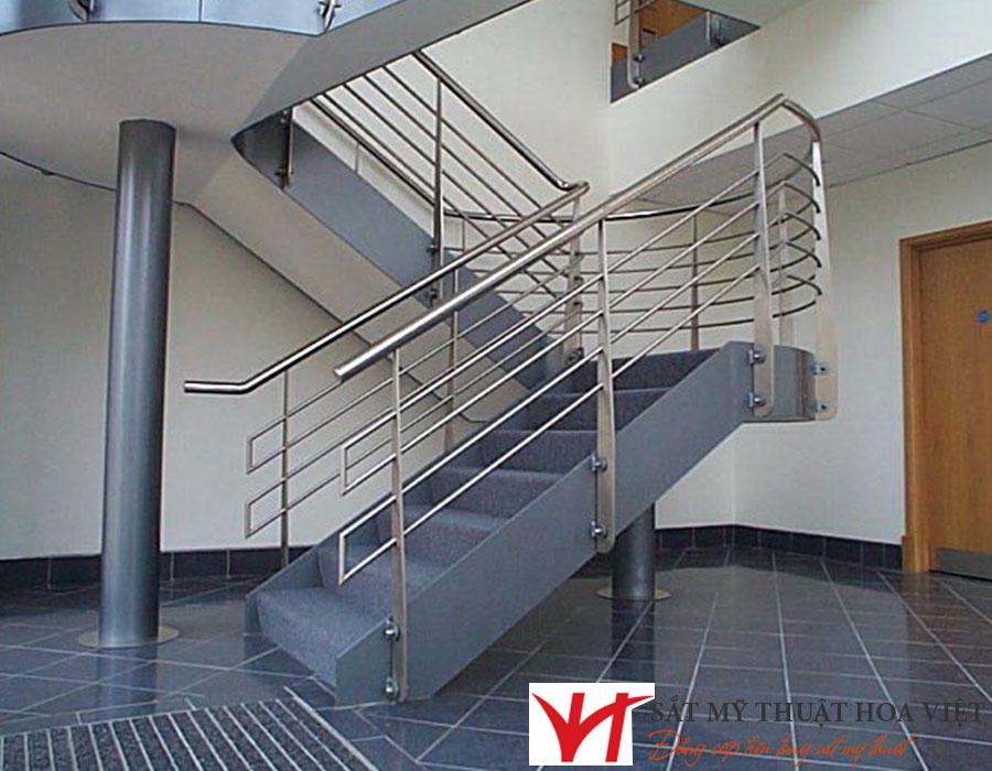 Chung cư an toàn hơn với cầu thang sắt thoát hiểm