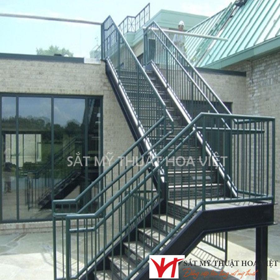Lý do nên sử dụng cầu thang sắt cho nhà xưởng