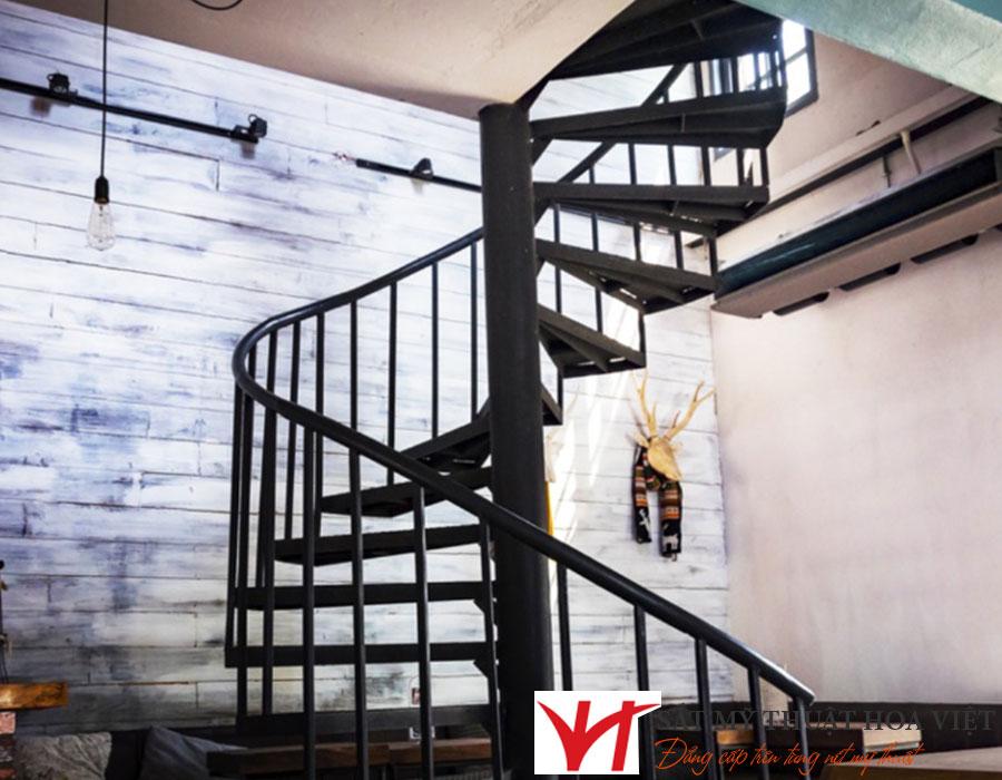 Thiết kế cầu thang sắt gác lửng mà không tốn nhiều diện tích